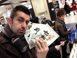Con dos sobre de hierbas desecadas para nanakusagayu (七草粥) en mi mano