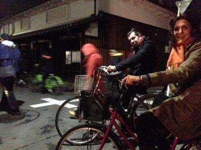 Nosotros en bici por las calles de Tennoji (Osaka, Japón) con amigos