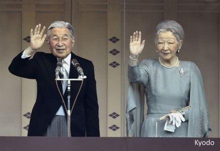 Akihito, emperador de Japón, saludando desde el balcón del Palacio Imperial (Tokio) el día de su 82 cumpleaños, acompañado de la emperatriz Michiko