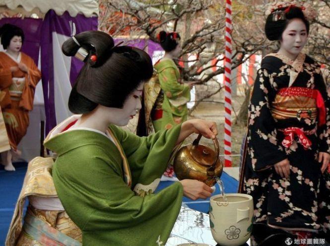 El Baikasai (梅花祭) o Festival de las Flores de Ciruelo se celebra cada año el 25 de febrero en el famoso santuario Kitano Tenmangū de Kioto con motivo del florecimiento de los ciruelos.