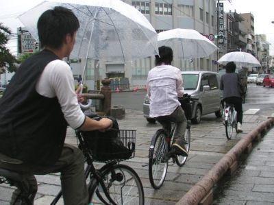 Con la bici y un paraguas en la mano. Japón