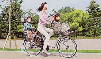 Madre con dos hijos en la bici (Japón)