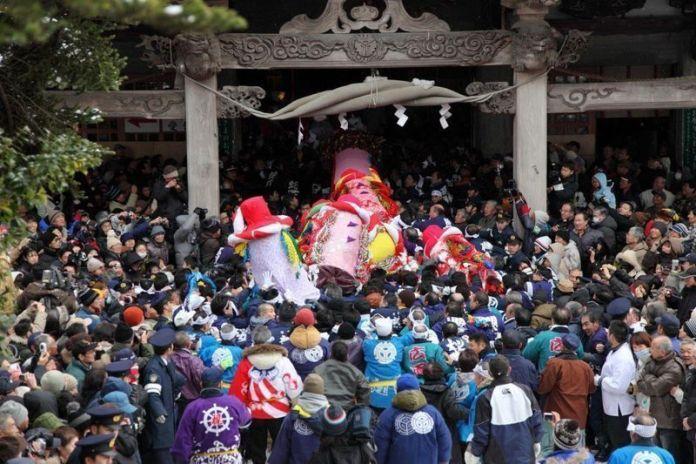 Festivales de Japón: Bonden Sai, en Akita. Un ritual consistente en pelear por llegar el primero a la cima de una montaña con un talismán con el que conseguir la bendición divina