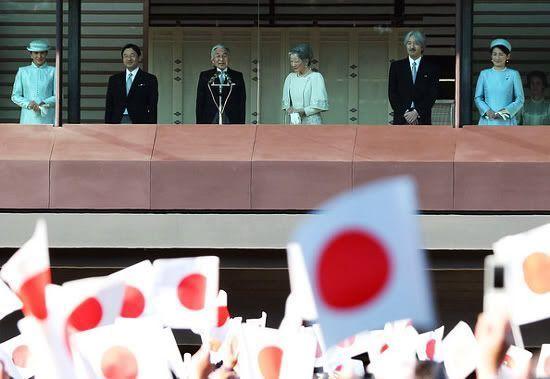 El pueblo saluda al emperador en el día de su cumpleaños