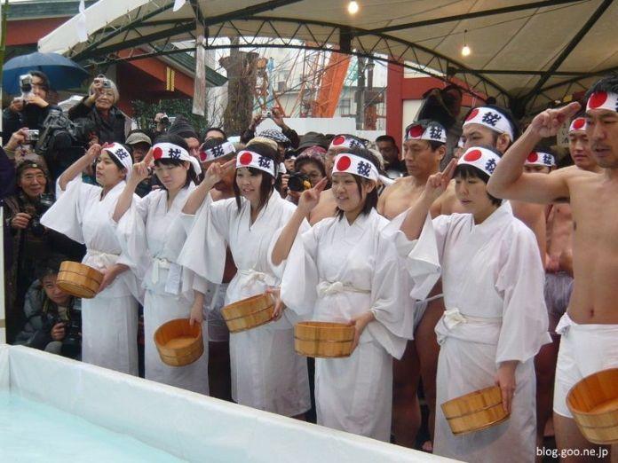 Festivales de Japón: Daikoku Matsuri del santuario Kanda Myojin de Tokio donde semidesnudos se purifican con agua helada