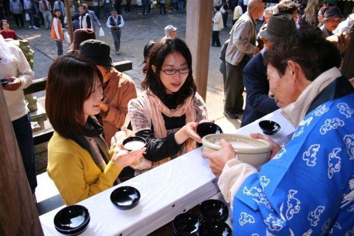 Festivales de Japón: el Doburoku Matsuri (どぶろく祭り) del Santuario Shirahigetawara(白鬚田原神社) en Kitsuki (prefectura de Oita)