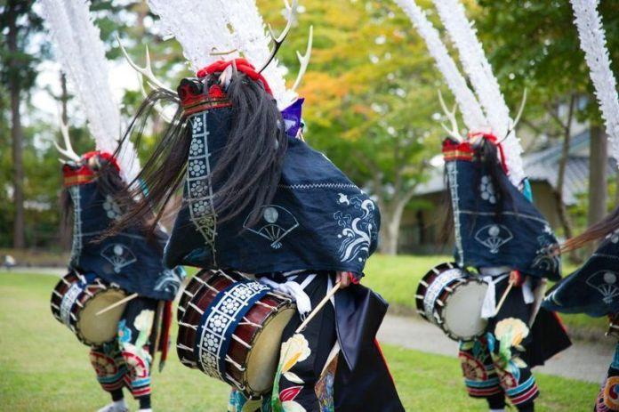 """Festivales de Japón: el baile Shishi Odori del """"Aki No Fujigawara Matsuri"""" (秋の藤原まつり) o """"Festival de Otoño de Fujigawara"""", en Hiraizumi (平泉町)en la prefectura de Iwate."""