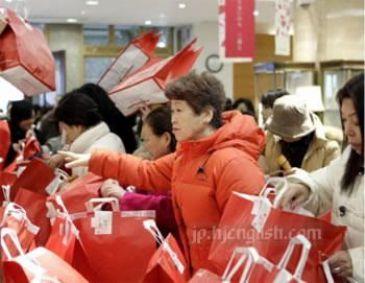 """Personas comprando 福袋 (""""fukubukuro"""" o bolsas sorpresa) pocos días antes de Año Nuevo en Japón"""