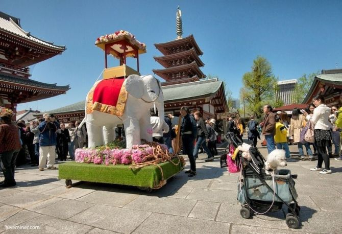 """Festivales de Japón: el Kanbutsue (灌仏会) o """"cumpleaños de Buda"""", conocido como Hana Matsuri (花祭) o """"Festival de las Flores"""", celebrado en Japón el 8 de abril. Imagen de la celebración en el templo Sensoji de Tokio"""
