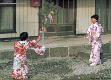 El 羽根突き (hanetsuki), un juego tradicional japonés de año nuevo