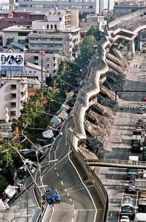 El Gran Terremoto de Kōbe se produjo el 17 de enero de 1995 a las 5:46:46 a.m., conocido en Japón como el Gran Terremoto de Hanshin (阪神・淡路大震災, Hanshin-Awaji Daishinsai)