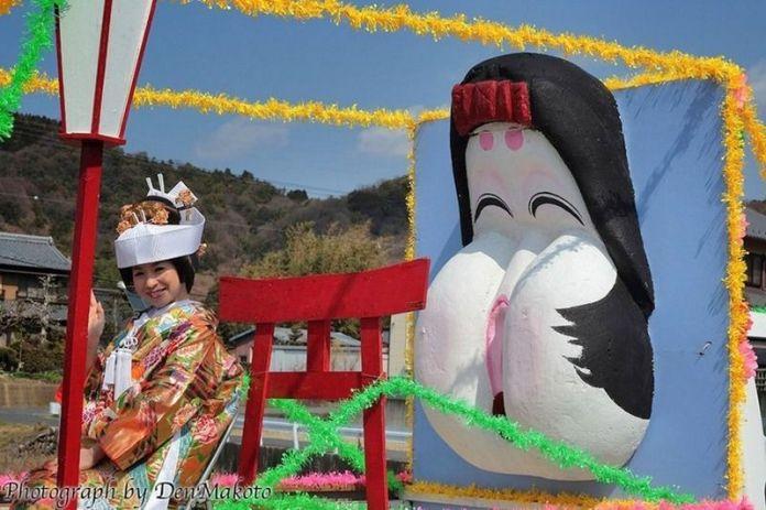 Festivales de Japón: el Hime No Miya Hōnen Matsuri (姫の宮豊年祭), o Festival de la Fertilidad Femenina (o Festival de la Vagina), que se celebra en el santuario Ōgata (大型神社) de Inuyama (犬山市), en la prefectura de Aichi.