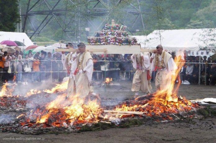 Festivales de Japón: el Hiwatari Sai o ritual de caminar sobre el fuego en el famoso Monte Takao cercano a Tokio