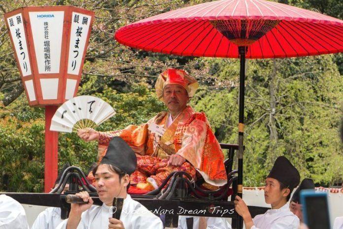Festivales de Japón: el Hōtaikō Hanami Gyōretsu (豊太閤花見行列), un colorido festival celebrado el segundo domingo de abril en Kioto que recrea una procesión para ver las flores de cerezo que se celebró por primera vez en el año 1598