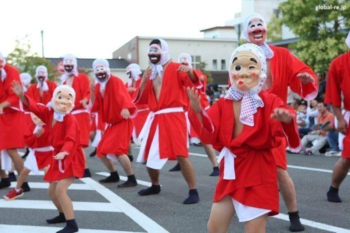Festivales de Japón: el Hyūga Hyottoko Natsu Matsuri(日向ひょっとこ夏祭り) o Festival de Verano Hyottoko de Hyūga, celebrado a principios de agosto en la ciudad de Hyūga (prefectura de Miyazaki) y consistente en un evento multitudinario que supera los 70.000 asistentes