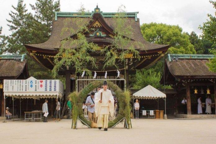 Ritual Nagoshi No Harae en el santuario Kitano Tenmangu (Kioto)