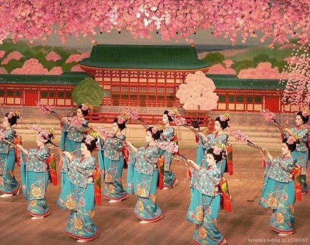 Festivales de Japón: el Miyako Odori (都をどり), un espectáculo de danza de geishas y maikos celebrado cada primavera en el distrito de geishas de Gion Kōbu (祇園甲部)