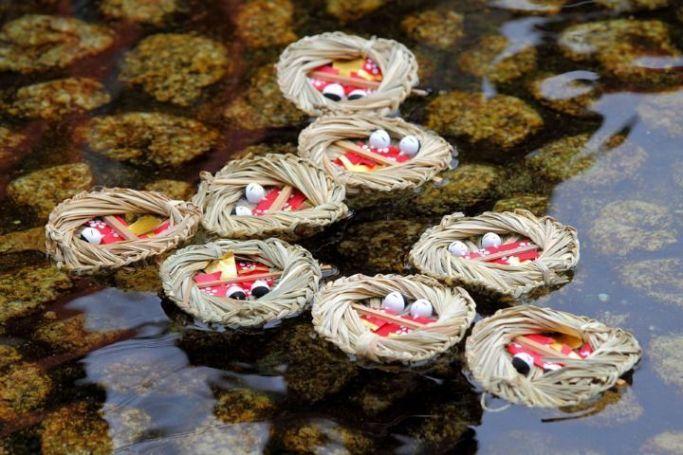Festivales de Japón: ritual Nagashibina (流し雛) en el santuario Shimogamo (下鴨神社) de Kioto con ocasión de la celebración del Hinamatsuri o Día de las Niñas, el 3 de marzo.