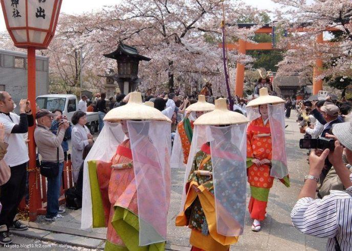Festivales de Japón: el Ōka Matsuri (桜花祭) o Festival de la Flor de Cerezo, celebrado en el santuario Hirano de Kioto en abril. El festival más antiguo de Kioto
