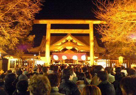 Multitud acudiendo al templo en la noche de Omisoka (nochevieja)