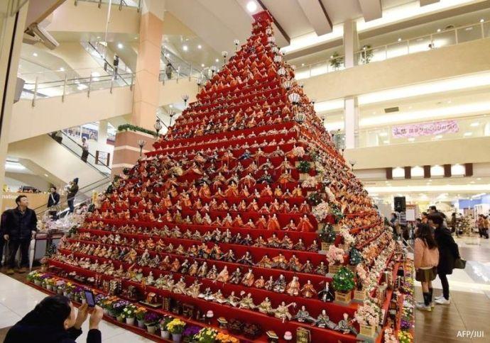 """Pirámide de 7 metros de muñecas """"hina"""" tradicionales en un centro comercial delante de la estación de Konosu (prefectura de Saitama)"""