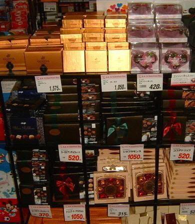 Escaparate de decenas de variedades de chocolate japonés