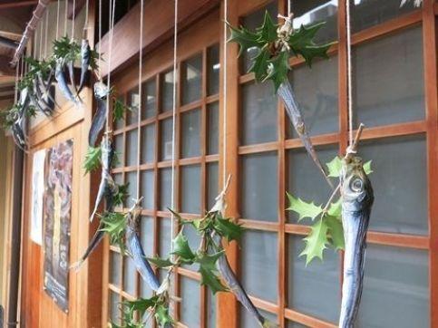 """""""Hīragi Iwashi"""" (柊鰯): cabezas de sardina ensartadas en hojas de acebo, colocadas en las puertas de las casas en Japón durante la celebración del Setsubun"""
