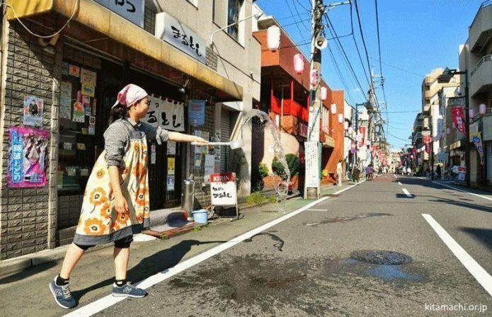 """La tradición japonesa del """"uchimizu"""" (打ち水) o remojar las calles con agua en verano"""