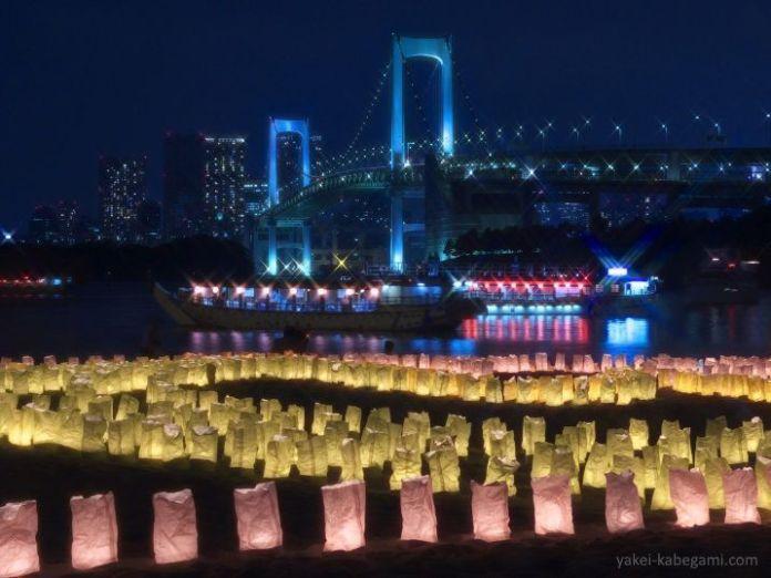 Celebración del Día del Mar (海の日) en Odaiba (Tokio) con linternas de papel flotantes (tōrō nagashi)