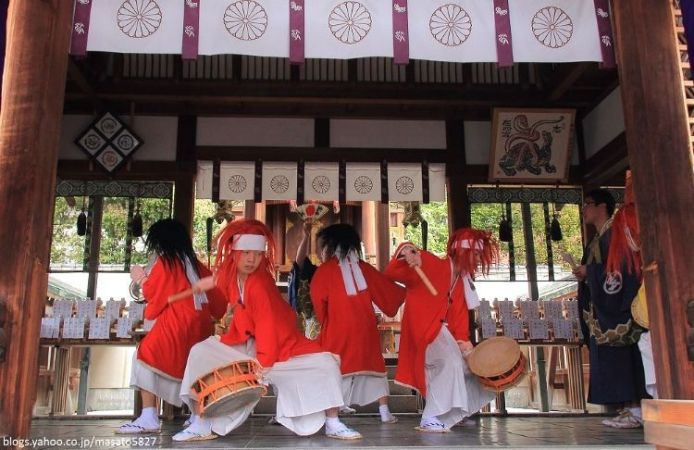 Bailes durante el festival Yasurai Matsuri (やすらい祭) del santuario Imamiya de Kioto