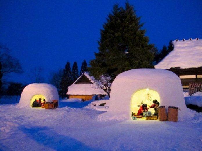 """""""Kamakura"""", construcciones de nieve, similares a los iglús, que podemos ver en algunos festivales de invierno de Japón. Foto del Yokote No Yuki Matsuri o Festival de las Kamakura de Nieve"""