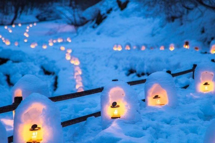 El festival japonés de las kamakura de nieve en Yushinigawa (Tochigi)