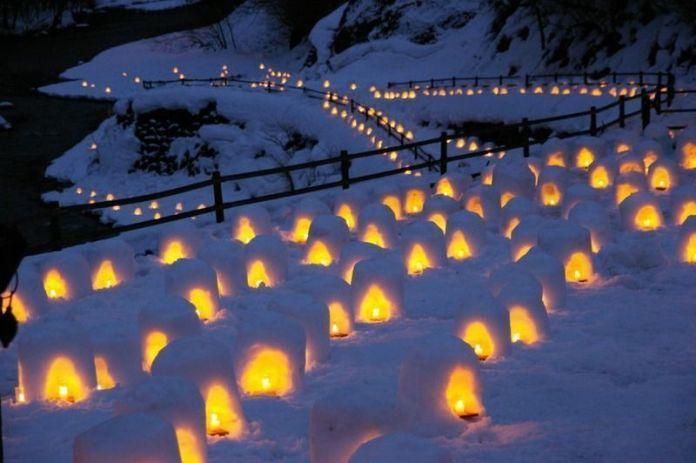 Festivales de Japón: el Yunishigawa Onsen KamakuraMatsuri (湯西川温泉 かまくら祭) es un festival de nieve celebrado enYunishigawa (湯西川温泉), un pequeño pueblo balneariosituado en un valle remoto de las montañas en la prefectura de Tochigi