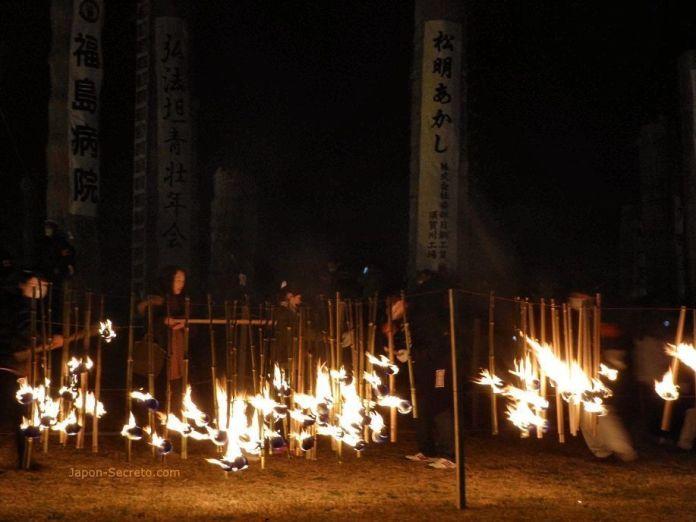 Procesión de antorchas durante el festival de fuego Taimatsu Akashi