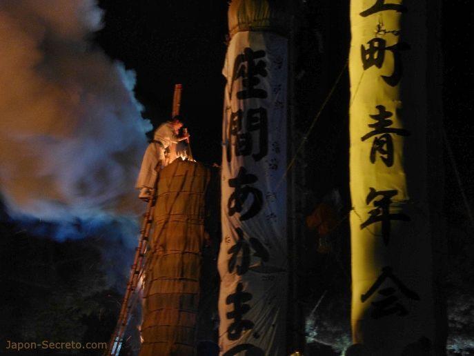 Festival Taimatsu Akashi: persona prendiendo fuego a un Taimatsu