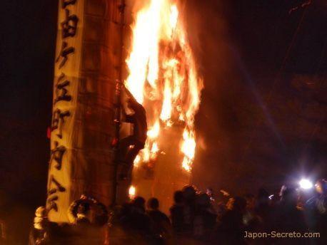 Festival Taimatsu Akashi: persona bajando de un Taimatsu tras prenderle fuego