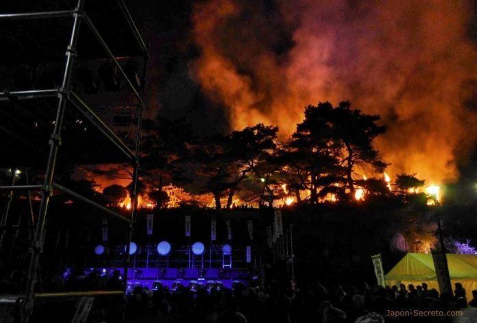 Montaña ardiendo en el festival de fuego Taimatsu Akashi