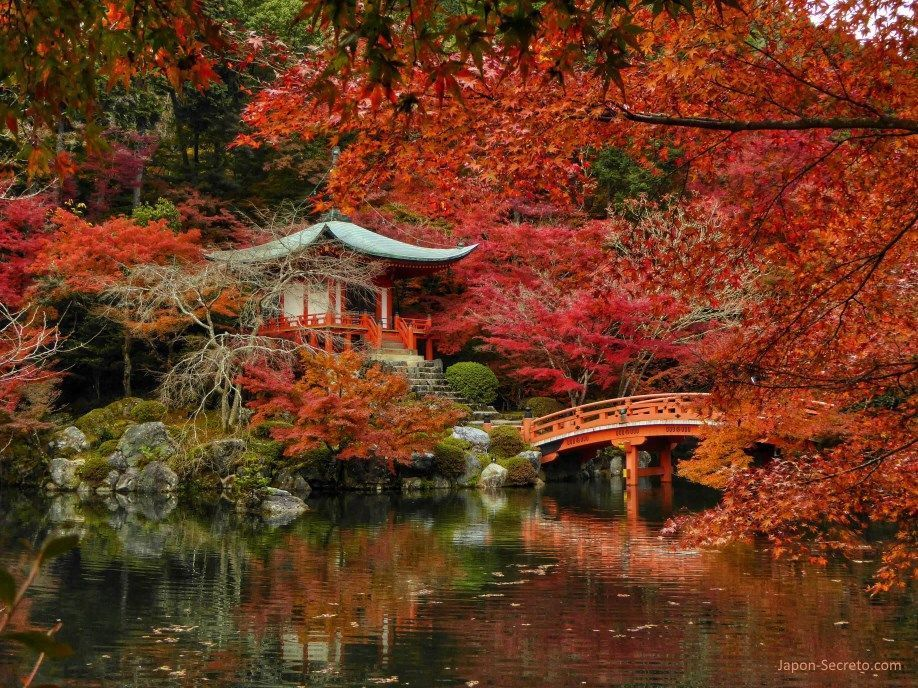 Bentendo, estanque y puente en otoño. Templo Daigoji (Kioto)