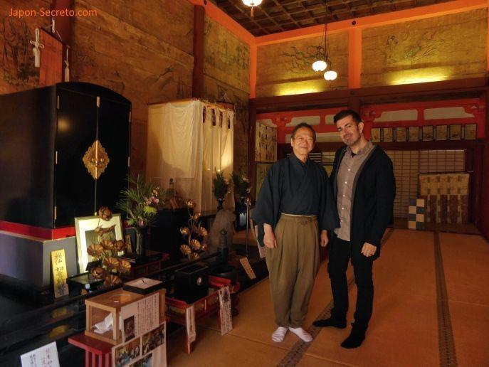 """Visitando el Santuario Tanzan (Tanzan jinja) en la prefectura de Nara. Un lugar ideal para disfrutar del momiji (los colores del otoño en Japón). Famoso por el tradicional juego """"kemari"""". En la foto Javi y un monje del santuario que le animó a probar a jugar al kemari."""