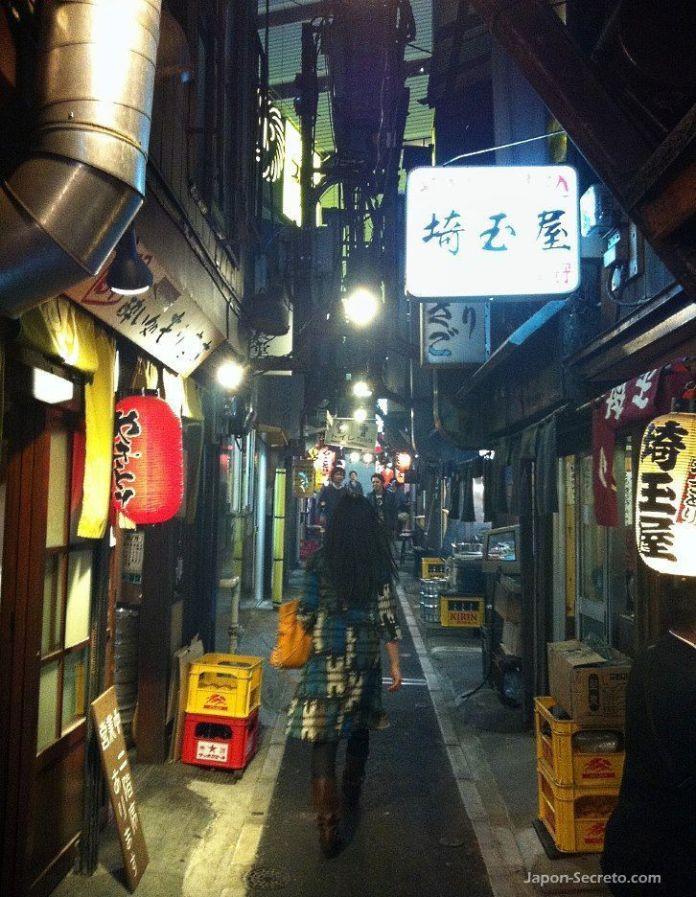 Omoide Yokocho (思い出横丁), unos fascinantes callejones para descubrir en el corazón del populoso barrio de Shinjuku (Tokio, Japón). En la foto, nuestra amiga Mikiko caminando hacia uno de los locales.