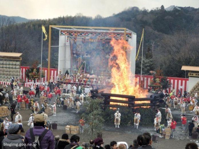 Festivales de Japón: pira gigante en el Agon No Hoshi Matsuri