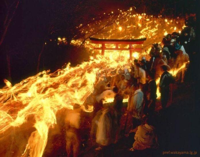 Festivales de Japón: Otō Matsuri (御燈まつり) o festival de las linternas es un impresionante festival de fuego que se celebra cada año en febrero en el famoso santuario Kamikura de Shingu, una población situada en la ruta de peregrinación Kumano Kodo.