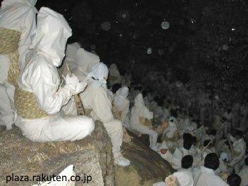 Noboriko preparados en la cima del monte. Festival Otō Matsuri (お燈まつり) o festival de las linterna. Santuario Kamikura de Shingu, una población situada en la ruta de peregrinación Kumano Kodo.