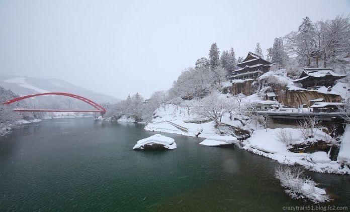 Aizu Yanaizu con su puente rojo y el templo Enzoji a la derecha (línea Tadami, Fukushima, Japón)
