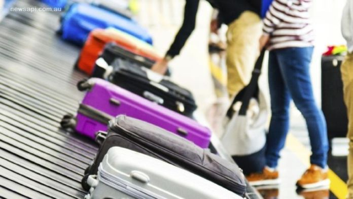 Viaje a Japón. Recogiendo las maletas de la cinta del aeropuerto.