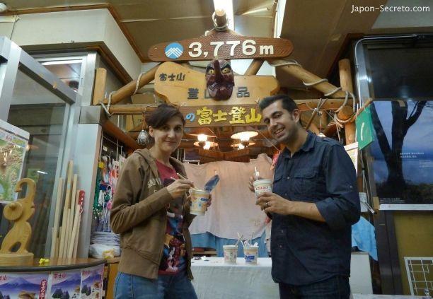 Subir al Monte Fuji (Japón): comiendo algo antes de comenzar la escalada