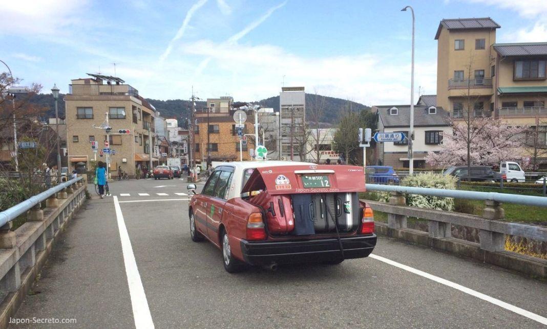 Viajar por Japón sin maletas: taxi lleno de maletas