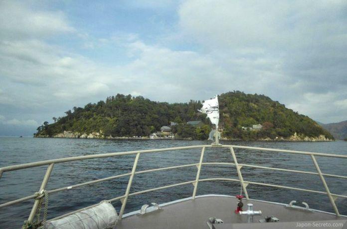 Excursiones desde Kioto: viaje a la isla de Chikubu (Chikubushima), en el lago Biwa, desde la ciudad de Nagahama. Vistas de Chikubushima desde el barco.