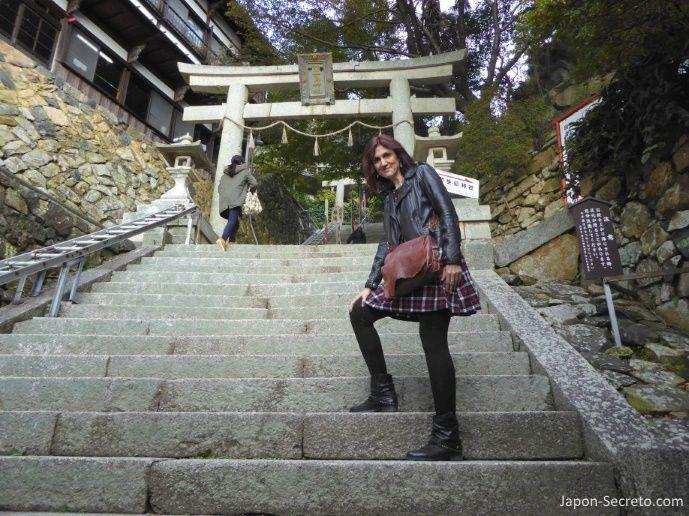 Excursiones desde Kioto: viaje a la isla de Chikubu (Chikubushima), en el lago Biwa. Subiendo los 165 escalones de piedra que conducen al templo de Hōgon-ji