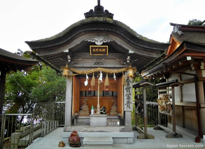 Excursiones desde Kioto: descubriendo la isla de Chikubushima. Altar de la serpiente blanca. Santuario Tsukubusuma (都久夫須麻神社).